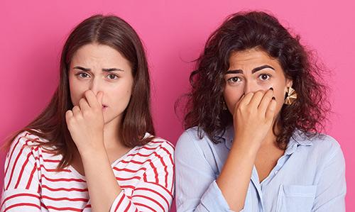 deux femmes se pince le nez
